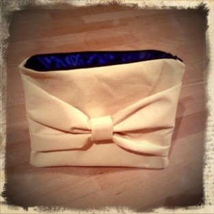 https://justkeepsewing.net/2012/01/07/1-makeup-bag-clutch-for-sarah/